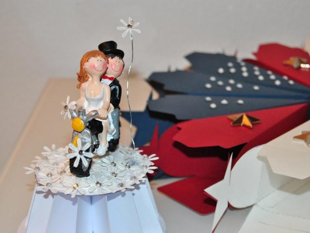 Das Brautpaar in einem Blütenmeer